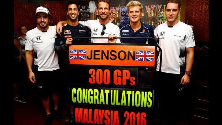 Jenson Button (tengah) - INDOSPORT