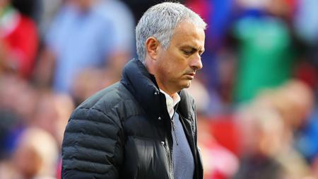 Jose Mourinho tertunduk lesu di laga melawan Stoke City. - INDOSPORT