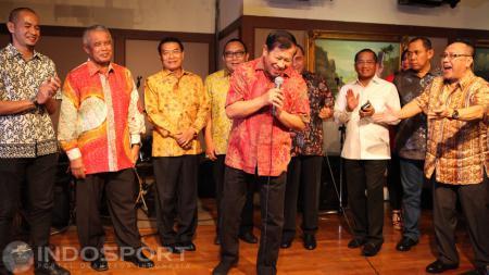 Ketua Komite Pemilihan PSSI, Agum Gumelar, memimpin acara karaoke. - INDOSPORT