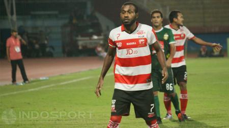 Engelberd Sani menyesal dapat kartu merah saat melawan Pusamania Borneo FC, hingga ia absen melawan Persib Bandung. - INDOSPORT