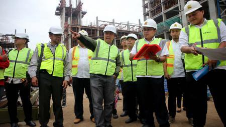 Menpora Imam Nahrawi saat meninjau pembangunan Wisma Atlet Kemayoran, Jakarta, Selasa (04/10/16) - INDOSPORT