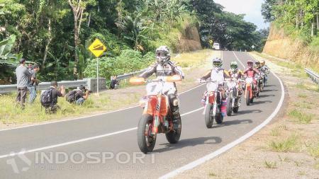 Rider unjuk kebolehan dalam konvoi melintasi Jalan Lintas Selatan Kabupaten Malang. - INDOSPORT