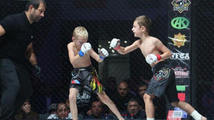 Aksi Adam Kadyrov, anak Presiden Chechnya, Ramzan Kadyrov yang baru berusia 8 tahun di arena UFC. Copyright: INTERNET