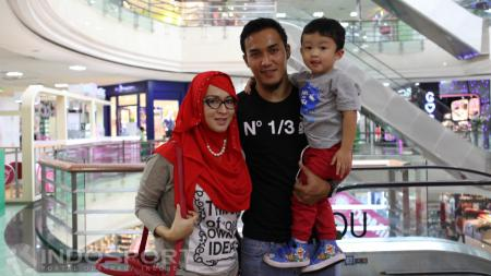Bek Bali United, Gunawan Dwi Cahyo bersama keluarga. - INDOSPORT