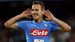 Indosport - Arkadiusz Milik merayakan golnya untuk Napoli.