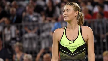 Kembali ke lapangan, Maria Sharapova tebar senyuman.