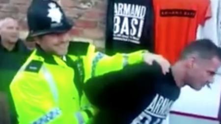 Jamie Carragher harus diamankan polisi akibat menggelar lapak dagangan di Stadion Anfield. - INDOSPORT