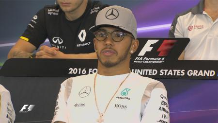 Lewis Hamilton tampil serius di konferensi pers GP AS. - INDOSPORT