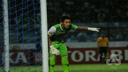 Aksi Yoewanto Setya Beny mengawal gawang timnya di Liga 1. - INDOSPORT