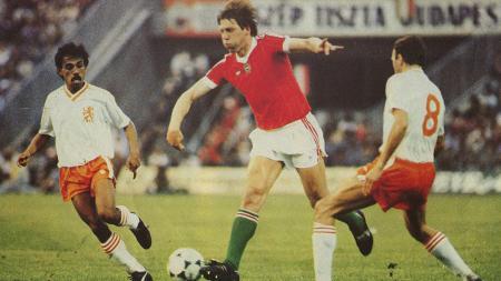 Simon Tahamata (kiri) saat membela Timnas Belanda melawan Hungaria pada 1985. - INDOSPORT