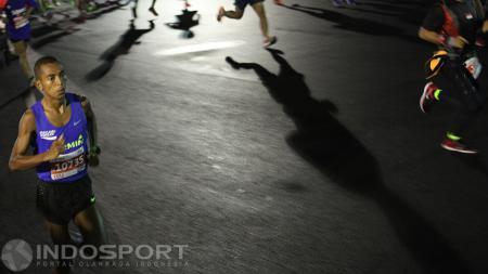 Pelari nasional Agus Prayogo saat melakukan start Jakarta Marathon 2016 kategori Full Marathon. - INDOSPORT