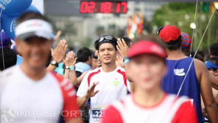 Artis Dimas Seto berhasil melakukan finish kategori half marathon. - INDOSPORT