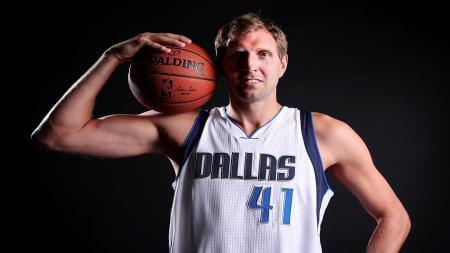 Pemain Dallas Mavericks, Dirk Nowitzki telah memutuskan untuk pensiun akhir musim ini. - INDOSPORT