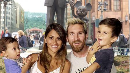 Lionel Messi bersama istri dan kedua anaknya. - INDOSPORT