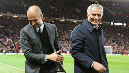 Pep Guardiola (kiri) dan Jose Mourinho tertawa sebelum kick off di Piala Liga. - INDOSPORT