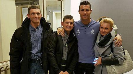 Cristiano Ronaldo bersama David Pawlaczyc, bocah yang pernah disadarkannya dari koma. - INDOSPORT