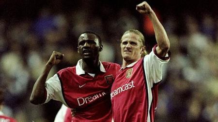 Patrick Vieira (kiri) dan Emmanuel Petit saat melakukan selebrasi usai taklukkan Tottenham Hotspur pada tahun 1999. - INDOSPORT