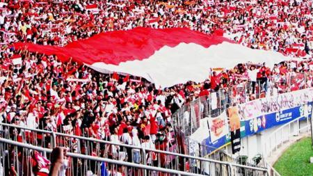 Suporter Indonesia saat mendukung Timnas. - INDOSPORT
