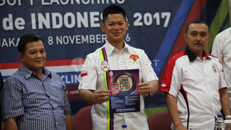 Ketum PB ISSI Raja Sapta Oktohari (tengah) menunjukan logo Tour de Indonesia 2017. Copyright: Herry Ibrahim/INDOSPORT