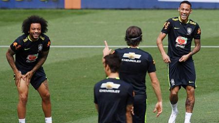 Marcelo (kiri) dan Neymar tertawa dengan Filipe Luis saat menjalani latihan. - INDOSPORT