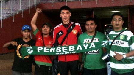 Zeng Cheng (paling tengah) foto bersama Bonek. - INDOSPORT