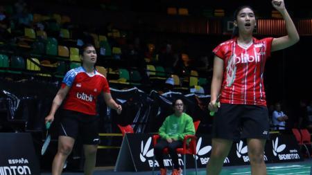 Jauza Fadhila Sugiarto/Yulfira Barkah merayakan kemenangan atas lawanya. - INDOSPORT