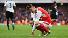 Indosport - Mesut Ozil pada pertandingan antara Arsenal dan Tottenham Hotspur (06/11/16).