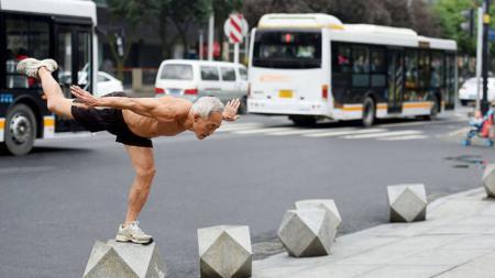 Kakek berusia 72 asal China, Zheng, olahraga bertelanjang dada di musim dingin. - INDOSPORT