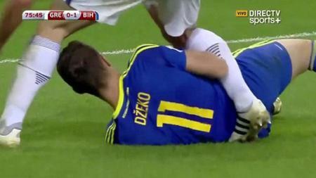 Edin Dzeko melakukan aksi tidak senonoh saat melawan Bosnia. - INDOSPORT