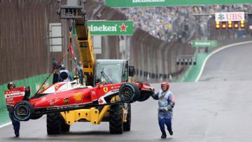 Mobil Kimi Raikkonen langsung diangkut tidak lama setelah kecelakaan di GP Brasil.