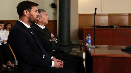 Lionel Messi dan Ayahnya, Jorge Messi saat sedang dalam sidang karena kasus pajak di Spanyol. - INDOSPORT