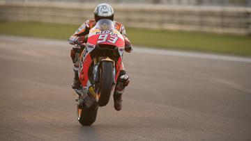 Pembalap Repsol Honda, Marc Marquez ketika menjajal motor baru di Valencia.