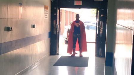 Enner Valencia mendatangi sebuah rumah sakit anak penderita kanker dengan kostum superman. - INDOSPORT