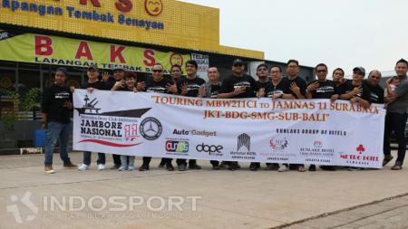 Foto bersama Komunitas W211 di rest area saat melaksanakan touring ke Surabaya, Kamis (24/11/16). - INDOSPORT