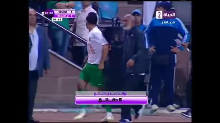 Pelatih Al Ittihad Alexandria menyiapkan pemain pengganti usai Youssef Ibrahim Obama tak kunjung kembali ke lapangan usai gagal mengeksekusi penalti. - INDOSPORT