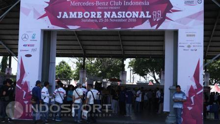 Suasana Jambore nasional ke-11 Komunitas otomotif, Mercedes-Benz Club INA di kawasan Pangkalan TNI Armada Timur Tanjung Perak, Surabaya.