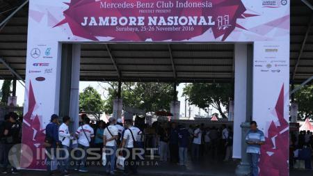 Jambore nasional ke-11 Komunitas otomotif, Mercedes-Benz Club INA di kawasan Pangkalan TNI Armada Timur Tanjung Perak, Surabaya. - INDOSPORT