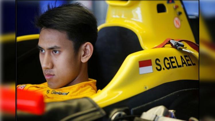 Pembalap Indonesia, Sean Gelael saat berada dalam mobil balapnya. Copyright: internet