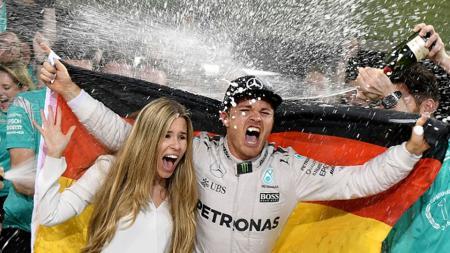 Nico Rosberg merayakan gelar juara dunia F1, bersama istrinya Vivian Sibold dan anggota tim Mercedes. - INDOSPORT