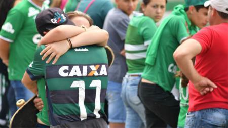 Sejumlah pendukung Chapecoense berduka akibat musibah yang dialami klub asal Brasil tersebut. - INDOSPORT