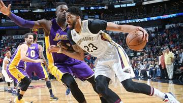 Anthony Davis pada pertandingan antara Los Angeles Lakers dan New Orleans Pelicans (30/11/16).