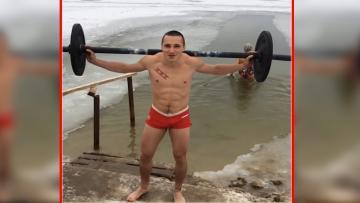 Seorang netizen dari rusia mengangkat besi di tengah-tengah kolam es.