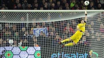 Mantan kiper Real Madrid, Iker Casillas harus terbang demi menyelamatkan gawangnya dari serangan lawan.