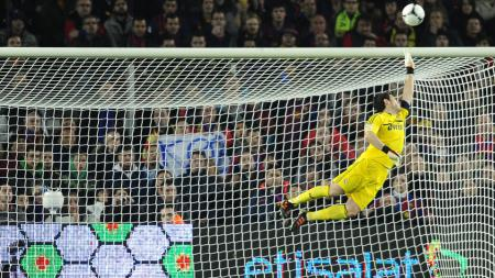 Mantan kiper Real Madrid, Iker Casillas harus terbang demi menyelamatkan gawangnya dari serangan lawan. - INDOSPORT