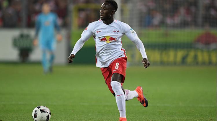 Gelandang muda Naby Keita ketika sedang menggiring bola. Copyright: internet