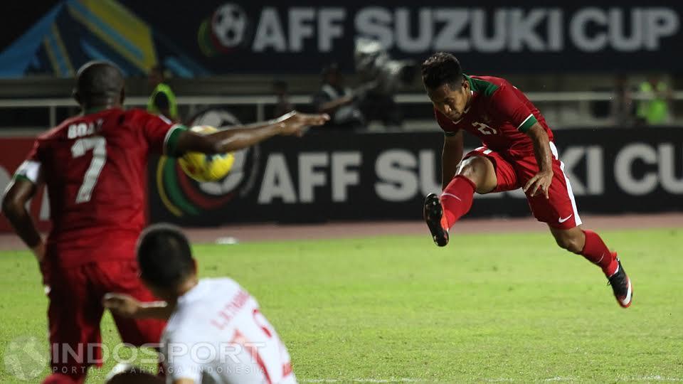 Andik Vermansah mengeksekusi bola ke arah Boaz Solossa. Copyright: Herry Ibrahim/INDOSPORT