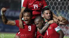 Indosport - Ferdinand Sinaga, Boaz Solossa dan Stefano Lilipaly melakukan selebrasi di laga Piala AFF 2016.