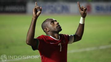Kapten Indonesia, Boaz Solossa, melakukan selebrasi gol.