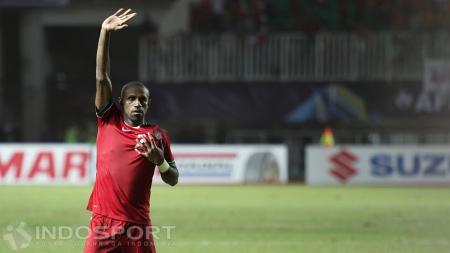 Kapten Indonesia, Boaz Solossa, melakukan selebrasi gol. - INDOSPORT