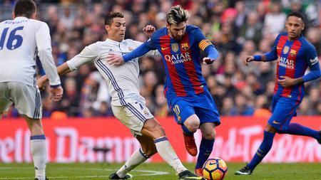 Cristiano Ronaldo ternyata mendapatkan 'bantuan' Gerard Pique kala meminta penalti kepada wasit. - INDOSPORT